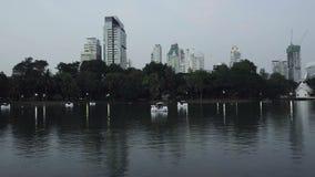 Vista de una ciudad de igualación de Bangkok del parque de Lumpini almacen de metraje de vídeo