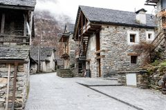 Vista de una ciudad tradicional rústica de la montaña en las montañas de Suiza meridional fotos de archivo libres de regalías