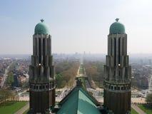 Vista de una ciudad a través de chapiteles gemelos Foto de archivo libre de regalías
