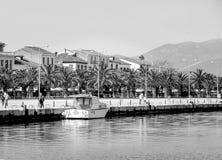 Vista de una ciudad turística e histórica Nafplion, 1ra capital de Grecia con las casas, las palmeras y la gente tradicionales o  fotografía de archivo