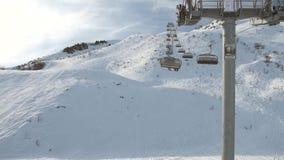 Vista de una cuesta alpina del esquí mientras que viaja en la telesilla almacen de metraje de vídeo