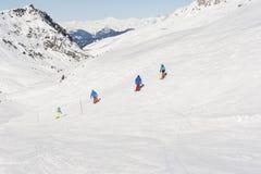Vista de una cuesta del esquí en montañas Foto de archivo