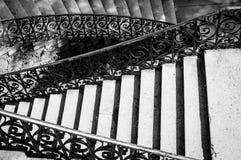 Vista de una escalera en blanco y negro Fotografía de archivo libre de regalías