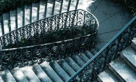 Vista de una escalera en tonos fríos Imágenes de archivo libres de regalías