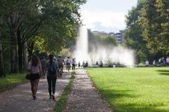 Vista de una fuente con la gente que camina en el parque del norte en Milán fotos de archivo