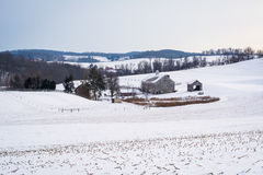 Vista de una granja y de una Rolling Hills nevadas, cerca de Shrewsbury, Foto de archivo libre de regalías