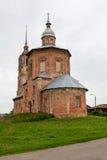 Vista de una iglesia abandonada vieja en la ciudad de Suzdal Rusia Foto de archivo