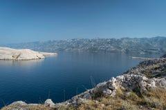 Vista de una Laguna cerca de la isla del Pag en Croacia con las montañas dálmatas en el fondo imagen de archivo libre de regalías