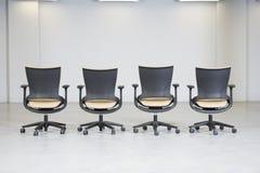 Vista de una línea de sillas vacías de la oficina. Foto de archivo libre de regalías