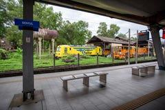 Vista de una locomotora del tren en una yarda del servicio ferroviario imagen de archivo libre de regalías