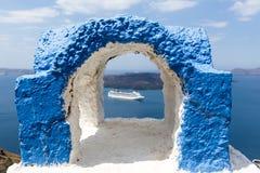 Vista de una mirada de lujo del barco de cruceros a través de la chimenea, foco encendido Fotos de archivo