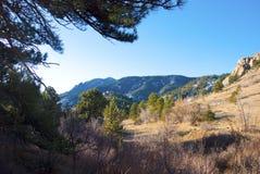 Vista de una montaña distante foto de archivo