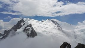 Vista de una montaña nevosa y de las nubes en el macizo de Mont Blanc, Haute-Savoie, Francia, Europa fotos de archivo libres de regalías