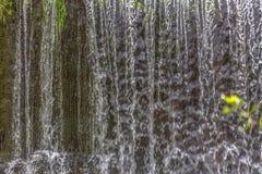 Vista de una peque?a cascada en el r?o, colorido detallada y textura de caer del agua foto de archivo