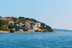 Vista de una pequeña ciudad costera en Croacia Imagenes de archivo