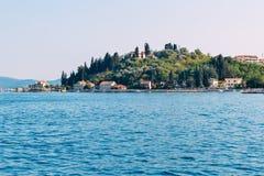 Vista de una pequeña ciudad costera en Croacia Foto de archivo libre de regalías