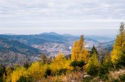 Vista de una pequeña ciudad de Murgtal foto de archivo
