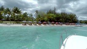 Vista de una playa y de aguas cristalinas en un día soleado, Mauricio almacen de metraje de vídeo