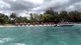Vista de una playa y de aguas cristalinas en un día soleado, Mauricio almacen de video
