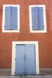 Vista de una puerta y de dos ventanas Imagenes de archivo