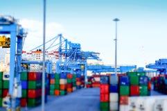 Vista de una terminal de contenedores en el puerto de modelo del efecto de Génova Fotos de archivo