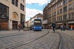 Vista de una tranvía que pasa en ferrocarriles en la vieja parte de la ciudad Munich fotos de archivo
