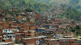 VISTA DE UNA VECINDAD COLOMBIANA EN UNA COLINA almacen de metraje de vídeo