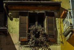Vista de una ventana en Milán con una decoración inusual de la Navidad imagenes de archivo