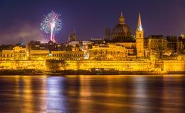 Vista de Valletta com os fogos-de-artifício na Páscoa 2015 Fotografia de Stock Royalty Free