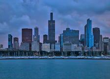 Vista de veleros en un puerto deportivo del lago Michigan con la ciudad del horizonte del ` s de Chicago en fondo durante puesta  imagen de archivo