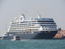 Vista de Veneza e navio de cruzeiros, Itália e a outra arquitetura do canal grande, dia claro fotografia de stock royalty free
