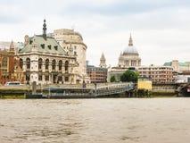 Vista de Victoria Embankment e do Thames River, Londres, Reino Unido imagens de stock