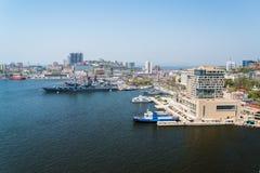 Vista de Vladivostok del puente a través de un cuerno de oro de la bahía Imagen de archivo
