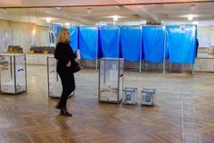 Vista de votaciones en urna en la estación del voto Elección del presidente de Ucrania Observadores de diversos partidos político imagen de archivo