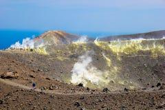 Vista de Vulcano en las islas eólicas fotos de archivo