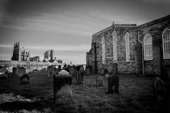 Vista de Whitby Abbey y del cementerio durante la noche en North Yorkshire, Reino Unido Foto de archivo libre de regalías