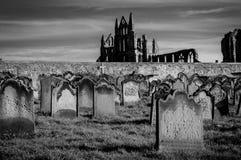 Vista de Whitby Abbey y del cementerio durante la noche en North Yorkshire, Reino Unido Foto de archivo