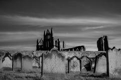 Vista de Whitby Abbey y del cementerio durante la noche en North Yorkshire, Reino Unido Imagenes de archivo