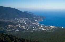 Vista de Yalta y de montañas crimeas Imagenes de archivo