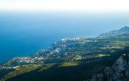 Vista de Yalta y de montañas crimeas Foto de archivo libre de regalías