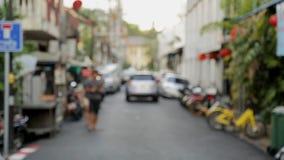 Vista Defocused de la calle muy transitada del ` s de la ciudad en Asia en el verano metrajes
