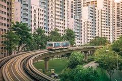 Vista degli appartamenti residenziali pubblici dell'alloggio del servizio del treno di LRT in Bukit Panjang Immagini Stock