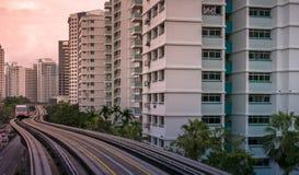 Vista degli appartamenti residenziali pubblici dell'alloggio del servizio del treno di LRT in Bukit Panjang Immagine Stock Libera da Diritti