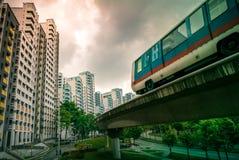 Vista degli appartamenti residenziali pubblici dell'alloggio del servizio del treno di LRT in Bukit Panjang Fotografia Stock Libera da Diritti