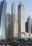 Vista degli edifici alti del Dubai dalla parte anteriore di mare Fotografia Stock
