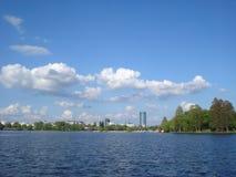 Vista degli edifici per uffici sopra il lago Herastrau a Bucarest Fotografia Stock Libera da Diritti