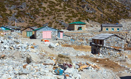 Vista degli elementi del paesino di montagna e della famiglia del Nepal su priorità alta Fotografie Stock