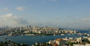 Vista degli skyscapers e del corno dorato di ıstanbul Fotografie Stock Libere da Diritti