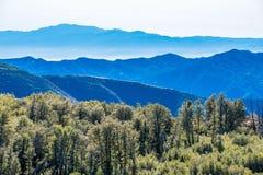 Vista degli strati delle montagne della natura e degli alberi della natura Fotografia Stock