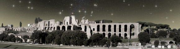 Vista dei bagni di Caracalla sotto la SK stellata Fotografie Stock Libere da Diritti
